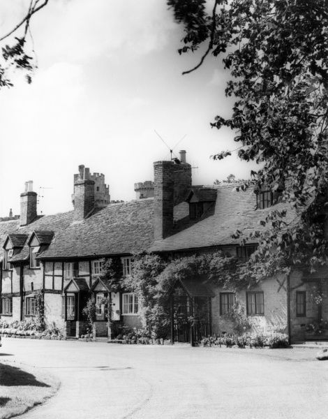 Some lovely old cottages at Bridge End, near Warwick Castle, Warwickshire, England. Date: early 1960s