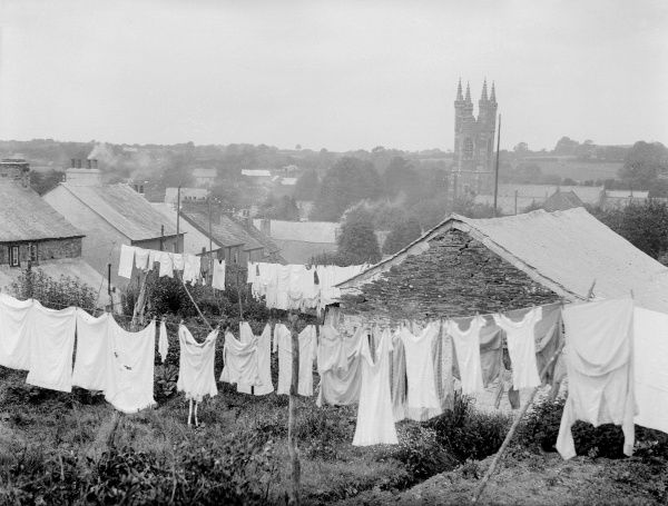 Washing hanging on the line in the back gardens of cottages at Buckland, near Yelverton, South Devon, England. Date: early 1930s