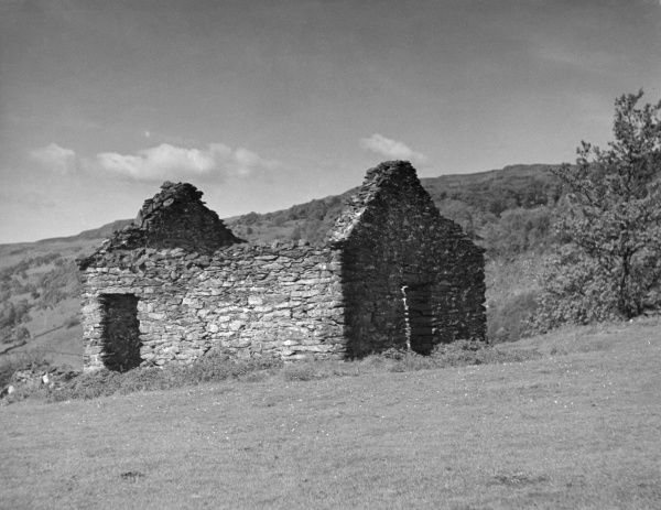 A ruined old Welsh cottage near Bettws-y-Coed, Caernarvonshire, Wales. Date: 1950s