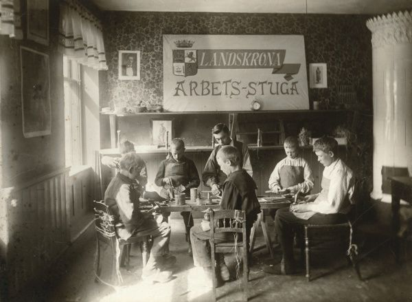 The Work Cottage, where poor children could work and get to learn making baskets, brushes etc. The also get a meal to eat every day. Landskrona 1905. Date: 1905