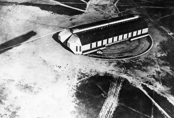 Aerial photograph of a Zeppelin shed on a turntable, after its reconstruction and extension to a length of 200 metres, at the Nordholz Zeppelin Base in northern Germany during the First World War. Date: circa 1914-1918