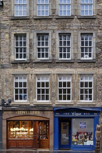 Scotland, Edinburgh, The Royal Mile. Traditional shops and buildings located along the Royal Mile in Edinburgh