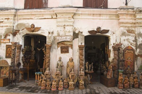 Local handicraft shop in Spanish Old Town