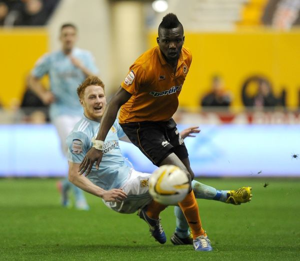 Wolverhampton Wanderers' Tongo Doumbia (front) and Hull City's Stephen Quinn (back) battle for the ball