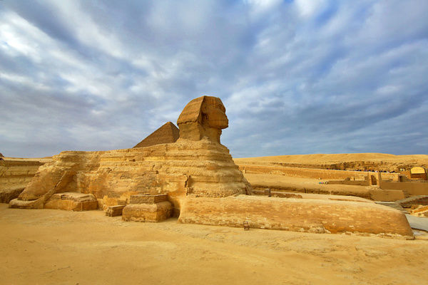 the great sphinx statue and the pyramid of khafre on the giza