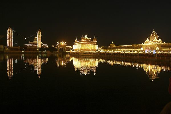 The holy Sikh shrine of Golden Temple is illuminated on the 343rd birth anniversary of Guru Gobind Singh in the northern Indian city of Amritsar January 5, 2009. Guru Gobind Singh was the last and the tenth Guru of the Sikhs. REUTERS/Munish Sharma