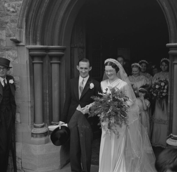 An Old Fashion Wedding At Eltham Parish Church The Bride And Groom Leaving