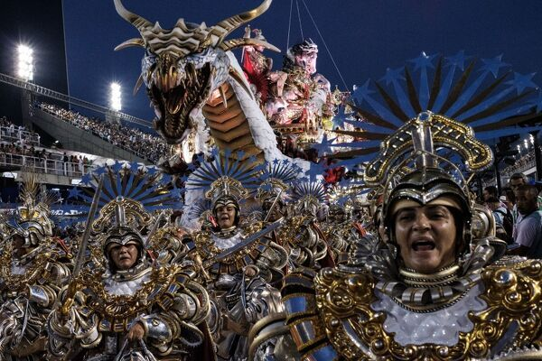 Revellers of the Mangueira samba school perform on the second night of Rio's Carnival at the Sambadrome in Rio de Janeiro, Brazil, early on February 28, 2017. / AFP PHOTO / Yasuyoshi CHIBA