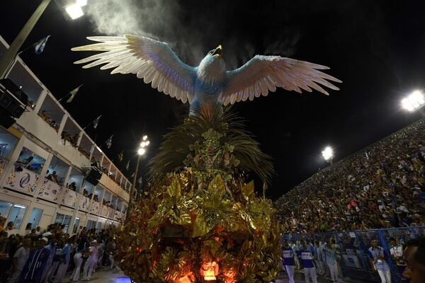 Revellers of Portela samba school perform on the second night of Rio's Carnival at the Sambadrome in Rio de Janeiro, Brazil, early on February 28, 2017. / AFP PHOTO / Vanderlei ALMEIDA