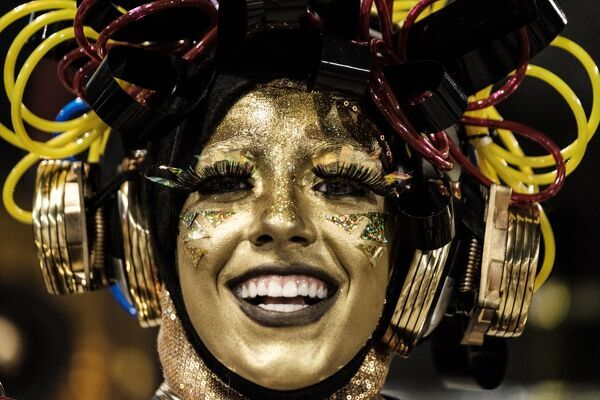 A reveller of Unidos da Tijuca samba school waits for the start of their parade on the second night of Rio's Carnival at the Sambadrome in Rio de Janeiro, Brazil, early on February 28, 2017. / AFP PHOTO / Yasuyoshi CHIBA
