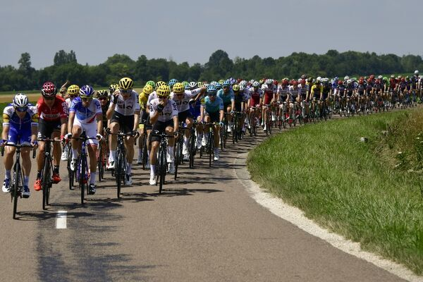 The pack rides during the 213,5 km seventh stage of the 104th edition of the Tour de France cycling race on July 7, 2017 between Troyes and Nuits-Saint-Georges. / AFP PHOTO / PHILIPPE LOPEZ