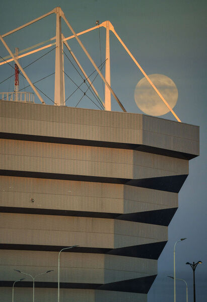 The full moon rises at dusk over Kalingrad's stadium, on June 27, 2018, during the Russia 2018 World Cup football tournament. / AFP PHOTO / PATRICK HERTZOG