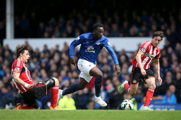 Sunderland's Sebastian Coates (left) and team-mate Billy Jones (right) battle for the ball with Everton's Romelu Lukaku during the Barclays Premier League match at Goodison Park, Liverpool. PRESS ASSOCIATION Photo. Picture date: Saturday May 9, 2015