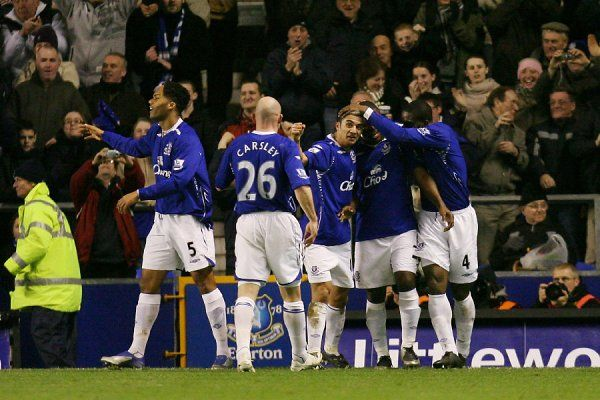 Football - Everton v Arsenal Barclays - Premier League - Goodison Park - 07/08 - 29/12/07 Everton's Tim Cahill celebrates scoring his sides first goal of the match with team mates Mandatory Credit: Action Images / Carl Recine NO ONLINE/INTERNET