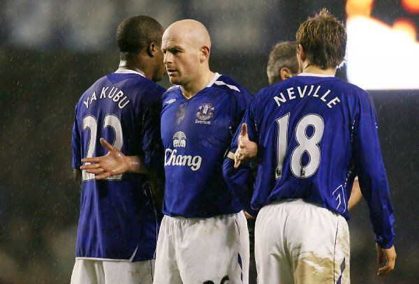 Football - Everton v Arsenal Barclays - Premier League - Goodison Park - 07/08 - 29/12/07 Everton's Lee Carsley (C) with team mates Yakubu (L) and Phil Neville (R) during a freekick Mandatory Credit: Action Images / Carl Recine NO ONLINE/INTERNET