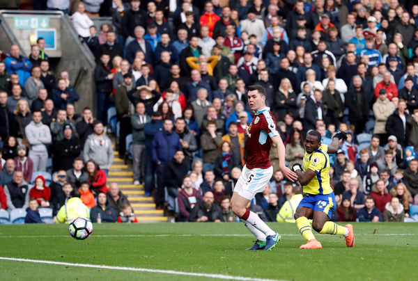 Everton's Yannick Bolasie scores his side's first goal of the game during the Premier League match at Turf Moor, Burnley