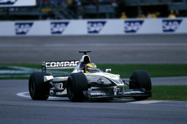 Ralf Schumacher (GER) Williams FW22 at turn two. United States Grand Prix, Indianapolis, USA. 24 September 2000