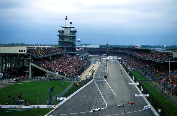 The start/finish straight and turn one. United States Grand Prix, Indianapolis, USA. 24 September 2000