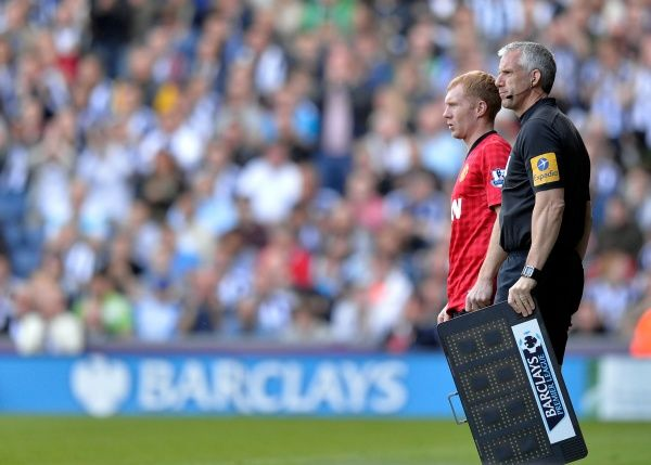Paul Scholes of Manchester United prepares to come on for United for the last time