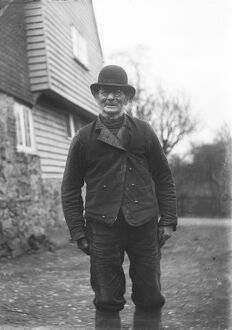historic images/1900 1945 photos edwardian england/man wearing bowler hat glasses mcf01 02 0009