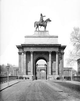 Wellington Arch with Duke of Wellington statue DD97_00320