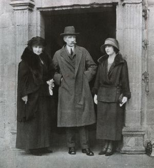 Lady Elizabeth Bowes-Lyon with her parents