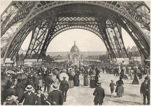 PEOPLE UNDER TOUR EIFFEL