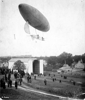 Santos-Dumont airship No6 leaving the Aero Club of Saint?