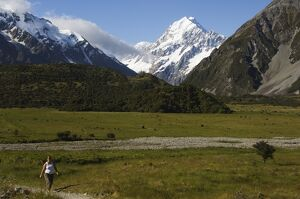 Hikers below Aoraki (Mount Cook)
