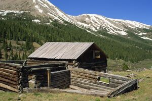 Log cabin at Independence town site founded 1879 when gold discovered