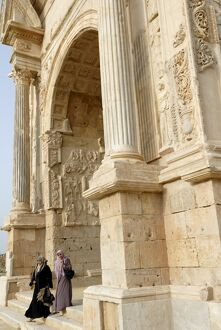 Moslem women and Arch of Septimus Severus