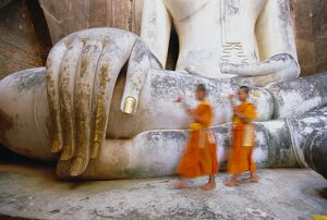 Novice monks and Phra Atchana Buddha statue