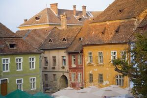 Piata Cetatii, central square in the medieval citadel, surrounded by cobbled streets lined with 16th century burgher houses, Sighisoara, UNESCO World Heritage Site, Transylvania,