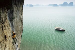 Rock climber, Halong Bay (Ha-Long Bay) (Ha Long Bay), UNESCO World Heritage Site
