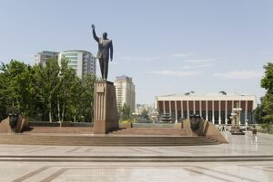 Statue of Heydar Aliyev in Fizuli Park, in front of the Republican Palace