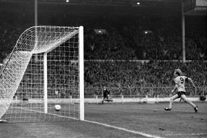 League Cup Final, Wolves vs Nottingham Forest, Andy Gray scores the winning goal