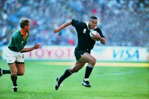 Jonah Lomu runs with the ball during the 1995 RWC Final