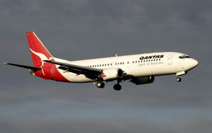 Boeing 737-400 Qantas landing approach into Melbourne