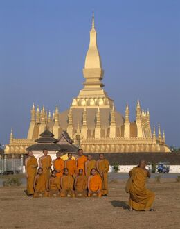 Great Stupa (Pha That Luang) / Monks