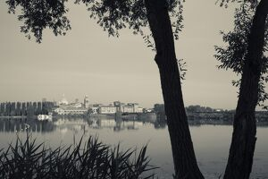 Italy, Lombardy, Mantua, town view and Palazzo Ducale from Lago Inferiore
