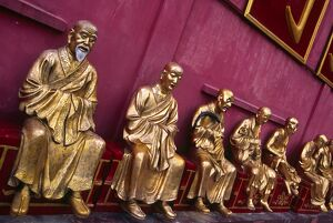 A row of golden Buddha statues at the Ten Thousand