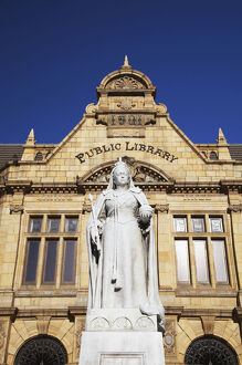 new/20191004 awl 8/statue queen victoria outside public library