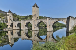 architecture/france cahors pont valentre lot river