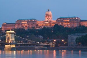 HUNGARY, Budapest: Szechenyi (Chain) Bridge, National Gallery & Danube River / Evening