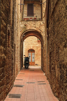 architecture/italy san gimignano alleyway motorbike