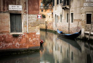 architecture/italy venice gondola moored canal credit as