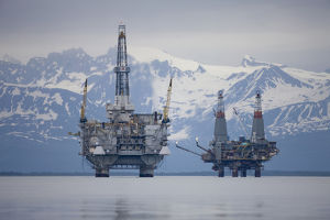 USA, Alaska, Offshore oil drilling rigs in Cook Inlet and distant Alaska Range peaks