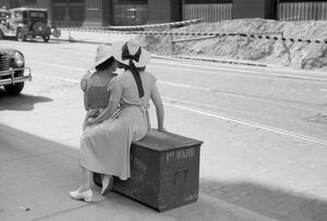 whats new b/chicago commuters 1940 women waiting street