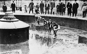 us cities/new york fountain 1908 newsboys catching goldfish