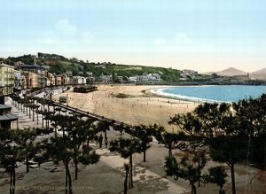 SPAIN: SAN SEBASTIAN. A view of the beach and a row of waterfront houses in San Sebastián, Spain